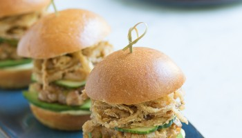 Spicy Ahi Tuna Sliders with Crispy Maui Onion Strings-8624